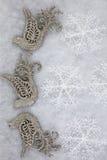 Περιστέρια και Snowflakes Χριστουγέννων που χαιρετούν το υπόβαθρο Στοκ φωτογραφία με δικαίωμα ελεύθερης χρήσης