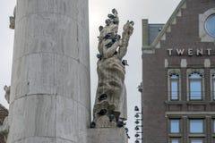 Περιστέρια στην ενθύμηση του νεκρού αγάλματος στο Άμστερνταμ οι Κάτω Χώρες 2018 στοκ φωτογραφίες με δικαίωμα ελεύθερης χρήσης