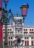 Περιστέρια της πλατείας Αγίου Mark ` s και του πύργου ρολογιών Στοκ Φωτογραφίες