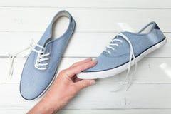 Περιστασιακά αστικά πάνινα παπούτσια υπό εξέταση σε ένα άσπρο υπόβαθρο, τοπ άποψη στοκ φωτογραφία με δικαίωμα ελεύθερης χρήσης