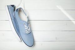 Περιστασιακά μπλε πάνινα παπούτσια μόδας στο άσπρο υπόβαθρο, διάστημα αντιγράφων στοκ φωτογραφία με δικαίωμα ελεύθερης χρήσης