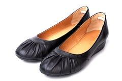 Περιστασιακά παπούτσια των μαύρων γυναικών δέρματος Στοκ Εικόνες