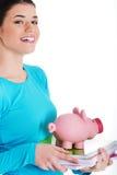 Περιστασιακές εγχειρίδιο και piggy-τράπεζα εκμετάλλευσης γυναικών σπουδαστών. Στοκ φωτογραφίες με δικαίωμα ελεύθερης χρήσης