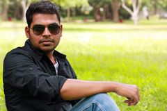 περιστασιακές όμορφες ινδικές μοντέρνες νεολαίες φωτογραφιών Στοκ εικόνες με δικαίωμα ελεύθερης χρήσης