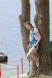Περιστασιακή γυναίκα κοντά στο θαλάσσιο νερό στοκ εικόνα