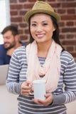 Περιστασιακή γυναίκα με το φλυτζάνι καφέ στην αρχή Στοκ φωτογραφία με δικαίωμα ελεύθερης χρήσης