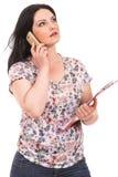 Περιστασιακή γυναίκα που έχει τη συνομιλία στο τηλέφωνο Στοκ εικόνες με δικαίωμα ελεύθερης χρήσης