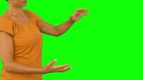 Περιστασιακή γυναίκα που παρουσιάζει με το χέρι απόθεμα βίντεο