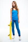 Περιστασιακή γυναίκα που στέκεται με skateboard Στοκ Εικόνα