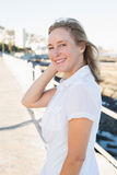 Περιστασιακή γυναίκα που χαμογελά στη κάμερα θαλασσίως Στοκ φωτογραφία με δικαίωμα ελεύθερης χρήσης