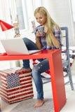 Περιστασιακή γυναίκα που χρησιμοποιεί το lap-top στο σπίτι στοκ φωτογραφία με δικαίωμα ελεύθερης χρήσης