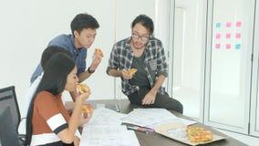Περιστασιακή δημιουργική επιχειρησιακή ομάδα που έχει το μεσημεριανό γεύμα συνανμένος στην αρχή φιλμ μικρού μήκους
