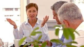 Περιστασιακή επιχειρηματίας που δίνει μια ομιλία κατά τη διάρκεια μιας συνεδρίασης απόθεμα βίντεο