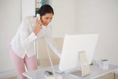 Περιστασιακή επιχειρηματίας που απαντά στο τηλέφωνο Στοκ φωτογραφία με δικαίωμα ελεύθερης χρήσης