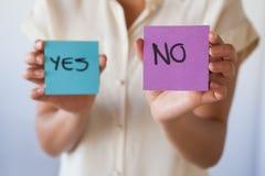 Περιστασιακή επιχειρηματίας που δεν παρουσιάζει καμία κάρτα Στοκ φωτογραφία με δικαίωμα ελεύθερης χρήσης