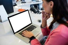 Περιστασιακή επιχειρηματίας που χρησιμοποιεί ένα lap-top Στοκ Φωτογραφίες