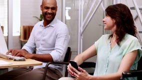 Περιστασιακή επιχειρηματίας στην αναπηρική καρέκλα που μιλά με το συνάδελφο απόθεμα βίντεο
