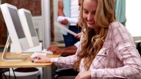 Περιστασιακή επιχειρηματίας στην αναπηρική καρέκλα που χαμογελά στη κάμερα φιλμ μικρού μήκους