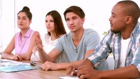 Περιστασιακή επιχειρησιακή ομάδα που διοργανώνει μια συνεδρίαση φιλμ μικρού μήκους