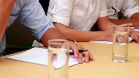 Περιστασιακή επιχειρησιακή ομάδα που παίρνει τις σημειώσεις στη συνεδρίαση απόθεμα βίντεο
