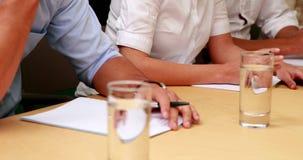 Περιστασιακή επιχειρησιακή ομάδα που παίρνει τις σημειώσεις στη συνεδρίαση φιλμ μικρού μήκους