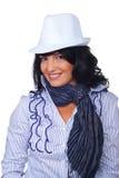 Περιστασιακή εταιρική γυναίκα με το άσπρο καπέλο Στοκ εικόνα με δικαίωμα ελεύθερης χρήσης