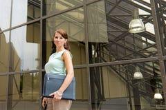 Περιστασιακή νέα επιχειρησιακή γυναίκα στη στο κέντρο της πόλης αστική σκηνή Στοκ φωτογραφία με δικαίωμα ελεύθερης χρήσης