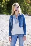 Περιστασιακή νέα καυκάσια γυναίκα στην παραλία Στοκ Εικόνες