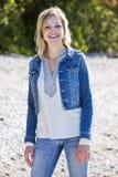 Περιστασιακή νέα καυκάσια γυναίκα στην παραλία Στοκ Εικόνα
