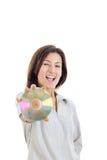 Περιστασιακή χαμογελώντας γυναίκα που κρατά ψηλά το CD ή το Cd και το κοίταγμα Στοκ εικόνα με δικαίωμα ελεύθερης χρήσης