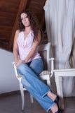 Περιστασιακή όμορφη κυρία, που κάθεται στην καρέκλα στοκ εικόνες