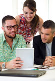 Περιστασιακοί ανώτεροι υπάλληλοι που εργάζονται μαζί σε μια συνεδρίαση με την ψηφιακή ετικέττα Στοκ Εικόνες