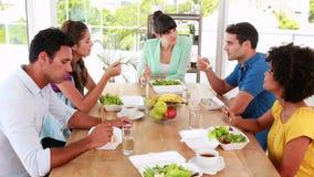 Περιστασιακοί επιχειρηματίες που έχουν το μεσημεριανό γεύμα απόθεμα βίντεο