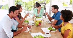 Περιστασιακοί επιχειρηματίες που έχουν το μεσημεριανό γεύμα φιλμ μικρού μήκους