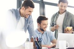 Περιστασιακοί επιχειρηματίες που εργάζονται στο νέο πρόγραμμα στο σύγχρονο γραφείο Στοκ Εικόνες