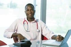 Περιστασιακός αρσενικός γιατρός στοκ εικόνα με δικαίωμα ελεύθερης χρήσης