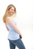 περιστασιακός αυτή που κοιτάζει πέρα από τη χαμογελώντας γυναίκα ώμων Στοκ Φωτογραφίες