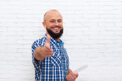 Περιστασιακός γενειοφόρος υπολογιστής ταμπλετών εκμετάλλευσης χαιρετισμού κουνημάτων χεριών λαβής ατόμων στοκ φωτογραφίες με δικαίωμα ελεύθερης χρήσης