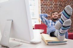 Περιστασιακός επιχειρηματίας με τα πόδια του επάνω στο γραφείο Στοκ φωτογραφία με δικαίωμα ελεύθερης χρήσης