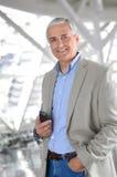Περιστασιακός επιχειρηματίας με το τηλέφωνο κυττάρων στοκ φωτογραφία