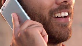 Περιστασιακός επιχειρηματίας που έχει ένα τηλεφώνημα απόθεμα βίντεο