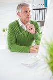 Περιστασιακός επιχειρηματίας που εξετάζει τη οθόνη υπολογιστή Στοκ Εικόνα