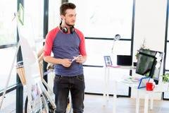 Περιστασιακός επιχειρηματίας που κάνει μια παρουσίαση στο γραφείο Στοκ εικόνες με δικαίωμα ελεύθερης χρήσης