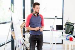 Περιστασιακός επιχειρηματίας που κάνει μια παρουσίαση στο γραφείο Στοκ φωτογραφίες με δικαίωμα ελεύθερης χρήσης