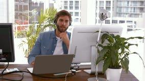 Περιστασιακός επιχειρηματίας που μιλά στην κάσκα απόθεμα βίντεο