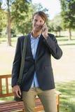Περιστασιακός επιχειρηματίας που μιλά στο smartphone στο πάρκο Στοκ φωτογραφία με δικαίωμα ελεύθερης χρήσης