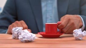 Περιστασιακός επιχειρηματίας που πίνει τον καφέ του φιλμ μικρού μήκους