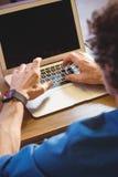 Περιστασιακός επιχειρηματίας που χρησιμοποιεί ένα lap-top Στοκ φωτογραφία με δικαίωμα ελεύθερης χρήσης