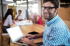 Περιστασιακός επιχειρηματίας που χρησιμοποιεί ένα lap-top Στοκ Εικόνες