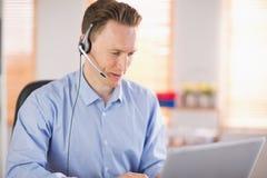 Περιστασιακός επιχειρηματίας που χρησιμοποιεί την κάσκα σε μια κλήση Στοκ φωτογραφίες με δικαίωμα ελεύθερης χρήσης